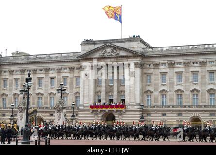 London, UK. 13th June, 2015. Members of the royal family stand on the balcony of Buckingham Palace following the - Stock Photo