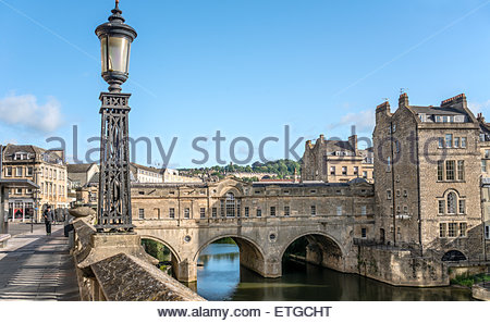 Pulteney Bridge across the River Avon seen from the Parade Gardens, Bath, Somerset, England | Pulteney Bridge ueber - Stock Photo