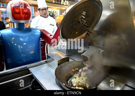 (150615) -- HEFEI, June 15, 2015 (Xinhua) -- A robot cooks at a restaurant in Hefei, capital of east China's Anhui - Stock Photo