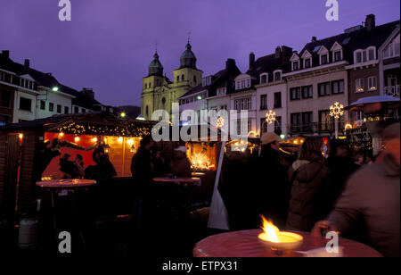 BEL, Belgium, Eastbelgium, Malmedy, Christmas market at the Place Albert I. and the church St. Peter and Paul.  - Stock Photo