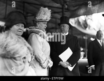 Queen Mary with British Home Secretary Sir William Joynson-Hicks as King George V opens the Great West Road. 30th - Stock Photo