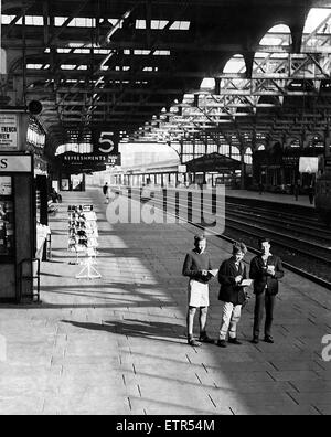 Deserted Snow Hill railway station in Birmingham on a bank holiday Monday except for these three young train spotters, - Stock Photo