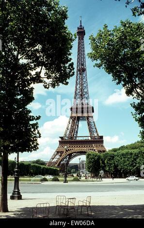 Eiffelturm in Paris in the mid-sixties Der Eiffelturm in Paris in the sechziger Jahren von einem fast menschenleeren - Stock Photo
