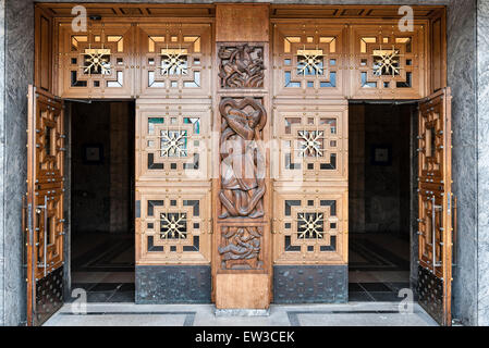 The City Hall (Radhus), Oslo, Norway. Elaborate carving on the doors into the Grand Hall (Radhushallen) - Stock Photo