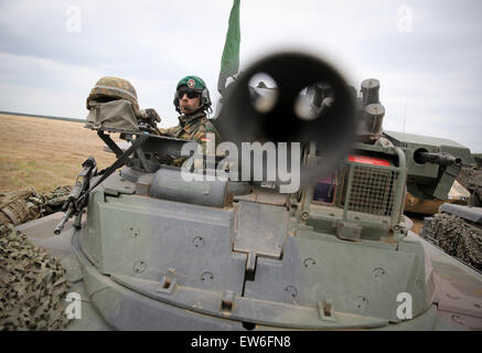 Sagan, Poland. 18th June, 2015. A German soldier sweeps the area from the hatch of a Marder tank during the first - Stock Photo