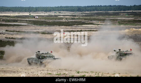 Sagan, Poland. 18th June, 2015. Leopard 2 tanks make their way across a military training ground during the first - Stock Photo