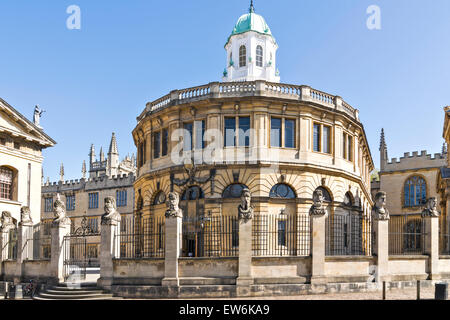 OXFORD CITY THE SHELDONIAN THEATRE SURROUNDED BY THE HEADS OF NINE ROMAN EMPERORS OR HERMS - Stock Photo
