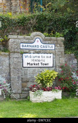 Welcome sign set in the shadow of the castle ruins at Barnard Castle, County Durham, adjacent to the Barnard Castle - Stock Photo