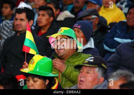 La Paz, Bolivia, 19th June 2015. Bolivian football fans watch Ecuador beat Mexico in the final Copa America Group - Stock Photo