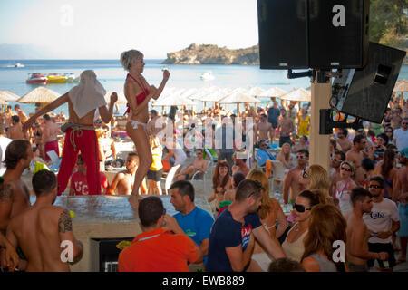 Griechenland, Kykladen, Mykonos, Super Paradise Beach, feiern bis zum Sonnenaufgang. - Stock Photo