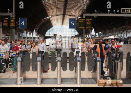 Busy London train station, Paddington - Stock Photo