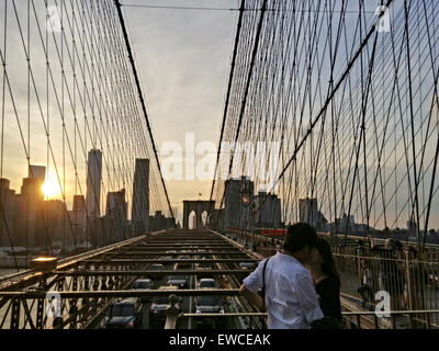 New York, USA. 22nd June, 2015. Lovers kiss on Brooklyn Bridge in New York, United States, June 22, 2015. © Li Muzi/Xinhua/Alamy - Stock Photo