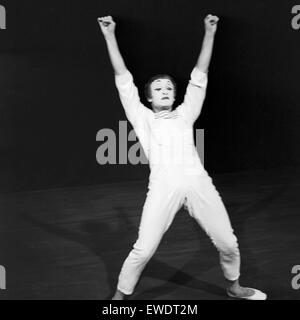 Französischer Pantomime Marcel Marceau in Hamburg, Deutschland 1960er Jahre. French pantomime Marcel Marceau performing - Stock Photo