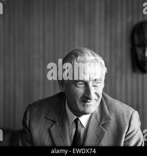 Deutscher Physiker, Schriftsteller und Fernsehjournalist Professor Heinz Haber, Deutschland 1960er Jahre. German physicist, author and TV journalist Heinz Haber, Germany 1960s.