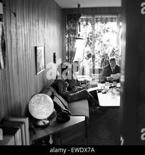 Deutscher Physiker, Schriftsteller und Fernsehjournalist Professor Heinz Haber mit seiner Ehefrau Irmgard Koch, Deutschland 1960er Jahre. German physicist, author and TV journalist Heinz Haber with his wife Irmgard Koch, Germany 1960s.