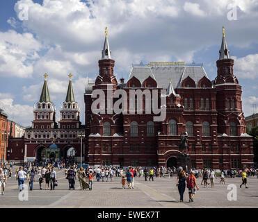 Moscow, Russia. 14th June, 2015. June 14, 2015: People walking near Historical museum © Igor Golovniov/ZUMA Wire/Alamy - Stock Photo