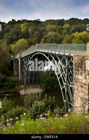 UK, England, Shropshire, Ironbridge, Adrian Darby's historic 1781 iron bridge over the River Severn - Stock Photo