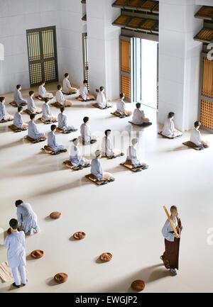 Buddhist monks pray and meditate at the Dharma Drum Mountain monastry. Sanjie Village, Jinshan, Taipei County, Taiwan - Stock Photo