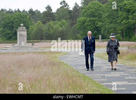 Celle, Germany. 26th June, 2015.Britain's Queen Elizabeth and Prince Philip walk past mass graves in front of the - Stock Photo