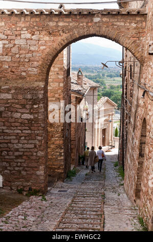 Narrow cobbled Umbrian alley with archway - Stock Photo