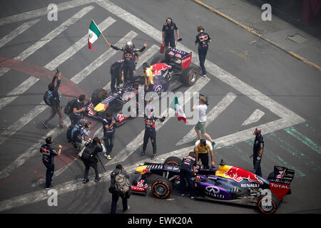 (150628) -- MEXICO CITY, June 28, 2015 (Xinhua) -- Infiniti Red Bull Racing driver Daniel Ricciardo (C) waves Mexican - Stock Photo
