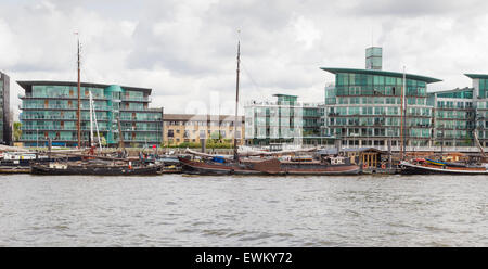 Luxury London Thames-side apartments - Stock Photo