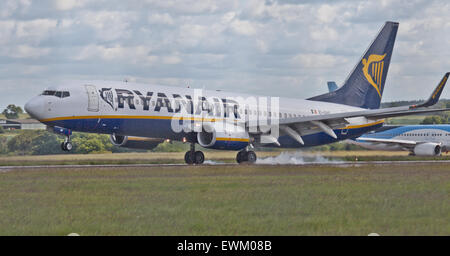 Ryanair Boeing 737 EI-EKF coming into land at London-Luton Airport LTN - Stock Photo
