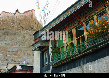 The 1394 AD.built Dzong-fort seen from among some houses in the lower part of the town at 3977 ms. Gyantse-Shigatse - Stock Photo