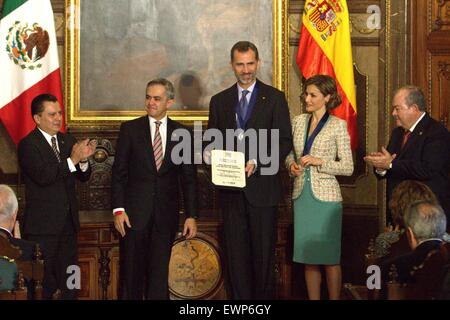 Mexico City, Mexico. 29th June, 2015. The Mayor of Mexico City, Miguel Angel Mancera(2nd L), delivers the award - Stock Photo