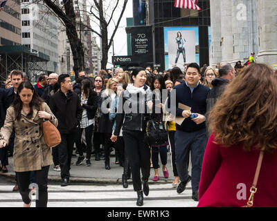 Crowed pavement on New Yorks Fifth Avenue - Stock Photo