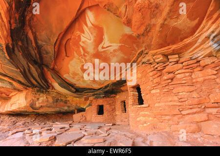 Fallen Roof Ruin, Indian ruins in North Fork of Mule Canyon, Cedar Mesa, Utah, USA. - Stock Photo