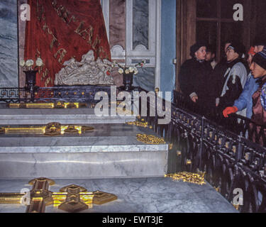 Leningrad, Russia. 8th Nov, 1991. A tour group views the tombs in The Grand-Ducal Burial Vault, next to the Peter - Stock Photo