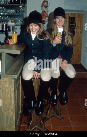 Geschwister Heidi (rechts) und Martina Ott beim Orangensaft nach dem Reitsport, Deutschland 1980er Jahre. The Ott - Stock Photo