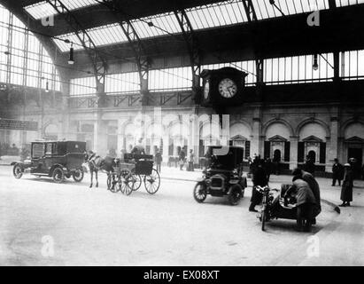 Interior view Snow Hill railway station in Birmingham showing the booking hall concourse in April 1912, the year - Stock Photo