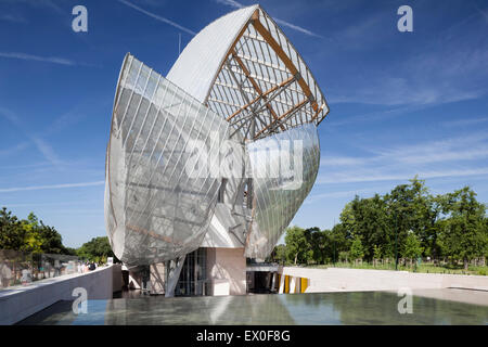 Fondation Louis Vuitton, Bois de Boulogne, Paris, France. East facade view of a water feature in front of the sail - Stock Photo