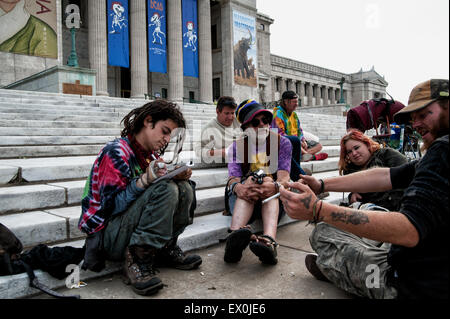 Chicago, Illinois, USA. 01st July, 2015. Deadheads gather in the early morning hours on the steps of Chicago's Field - Stock Photo