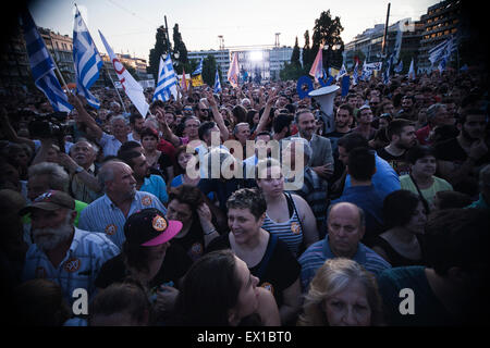 Athens, Greece. 03rd July, 2015. People outside the Greek parliament during a demonstration supporting the NO at - Stock Photo