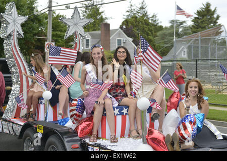 Wantagh, New York, USA. 4th July, 2015. Past participants in The Miss Wantagh Pageant ceremony, a long-time Independence - Stock Photo