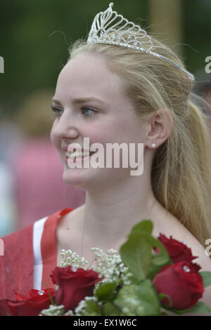 Wantagh, New York, USA. 4th July, 2015. KERI BALNIS, Miss Wantagh 2015, is holding the bouquet of roses she received - Stock Photo