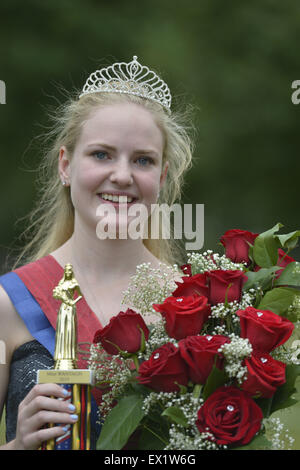 Wantagh, New York, USA. 4th July, 2015. KERI BALNIS, Miss Wantagh 2015, holds the trophy and bouquet of roses she - Stock Photo
