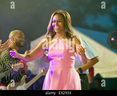Washington DC, USA. 04th July, 2015. First lady Michelle Obama walks on stage to embrace singer B. Mars as she and - Stock Photo