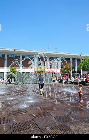 People cooling down in the fountains in Williamson Square enjoying the Summer sunshine, Liverpool, Merseyside, England, - Stock Photo