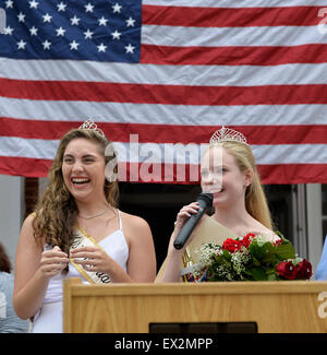 Wantagh, New York, USA. 4th July 2015. KAYLA KNIGHT, Miss Wantagh 2014, smiles next to newly crowned KERI BALNIS, - Stock Photo