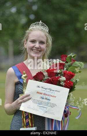 Wantagh, New York, USA. 4th July 2015. KERI BALNIS, Miss Wantagh 2015, holds the trophy, bouquet of roses, and certificate - Stock Photo
