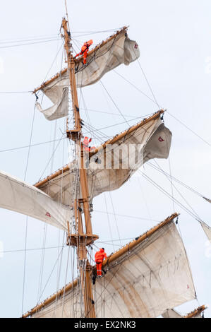 Belfast, Northern Ireland. 5th July, 2015. Sailors on board the Tall Ship Guayas, training vessel for the Ecuadorian - Stock Photo