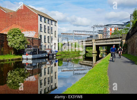 Cyclists on the towpath of the Leeds-Liverpool Canal, Leeds, West Yorkshire, england UK - Stock Photo
