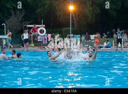 Berlin, Germany. 04th July, 2015. Visitors enjoy themselves in the summer swimming pool Humboldthain in Berlin, - Stock Photo