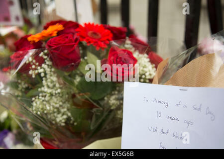 London, UK. 7th July, 2015. 10th anniversary of the London 7/7 bombings. Flowers are laid in memory of the victims - Stock Photo