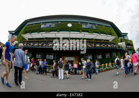 Wimbledon, UK. 08th July, 2015. The Wimbledon Tennis Championships. Spectators enjoying the atmosphere around the - Stock Photo