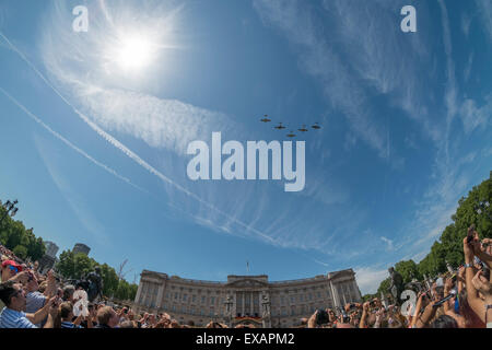 Buckingham Palace, London UK. 10th July 2015. 75th anniversary of the Battle of Britain is marked by a flypast over - Stock Photo